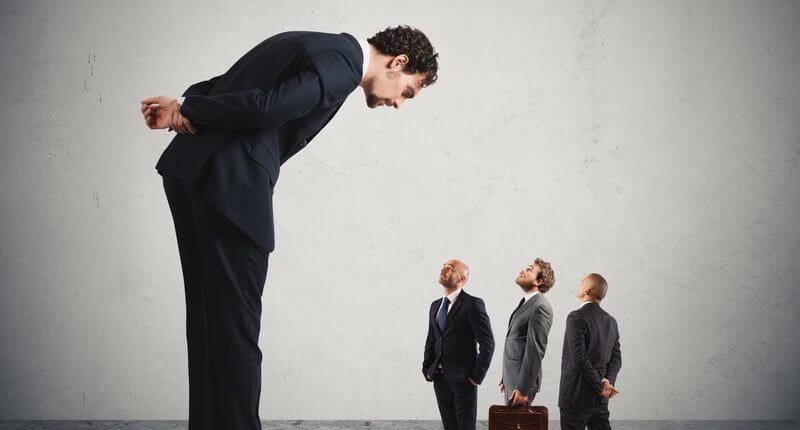 Ako nebyť šéfom, ktorý je zamestnancom stále za pätami?